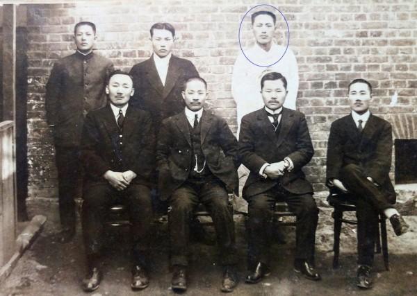 뒷줄 흰 두루마기 입은 분(원내) 윤주석, 앞줄 맨 우측 안희제, 맨 좌측 이우식 선생(1921년 )