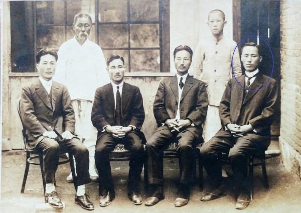 앞줄 왼쪽에서 두 번째 안희제, 맨 오른쪽(원내) 윤주석 선생(1924년)