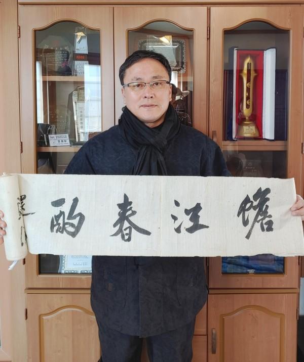 정재상 소장이 윤주석 선생의 유품 한시 '섬강춘작'을 펼쳐 보이고 있다.